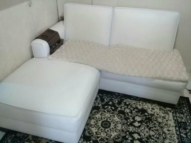 Sofá dois lugares com chaise couro ecológico