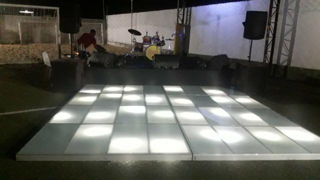 Palco, tablado de vidro, sonorização digital, grides iluminação dj e banda - Foto 2