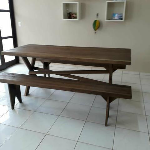 Mesa com bancos para churrasco