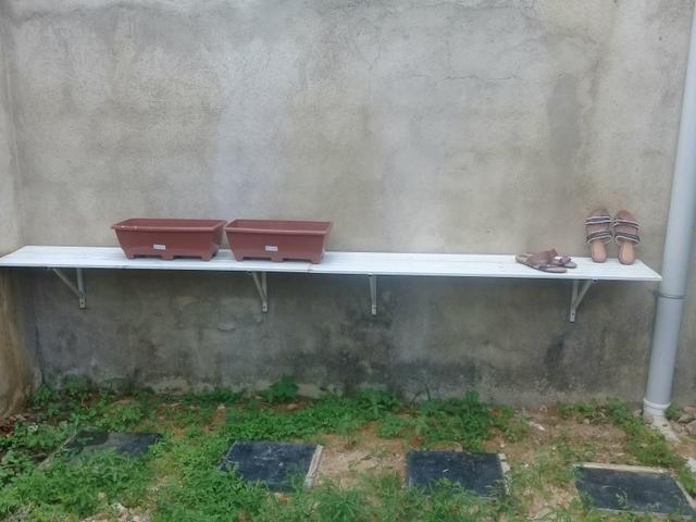 2 pratileiras de ferro e 4 vasos retangulares , tudo por 100 reais