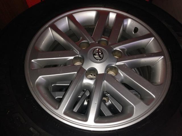Jogo rodas da hillux os pneus estão 30% de borracha