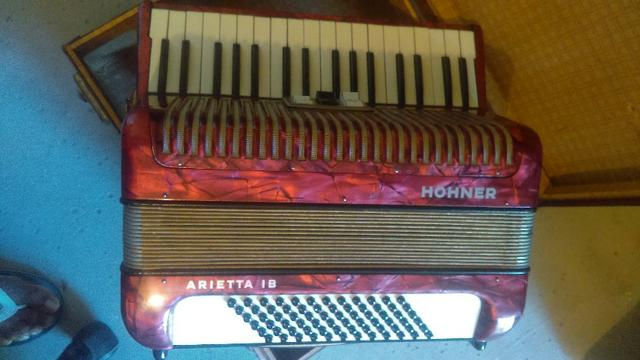 Acordeon Honner Arietta IB vermelho, 72 baixos