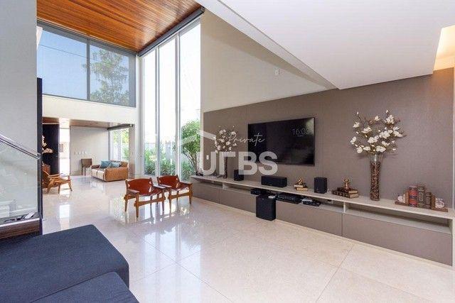 Moderno sobrado de luxo no Alphaville Araguaia, com 442 m² e 4 suítes, com lazer completo