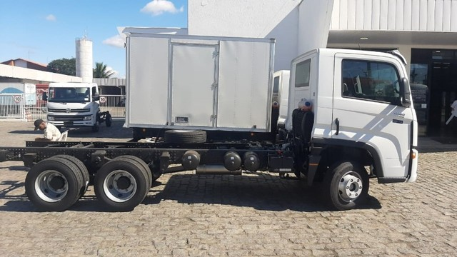 Caminhao chassis Volkswagen  Delivery 13.180 6x2. 2021/2022 - Foto 3