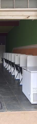 8 baias com 8 cadeiras