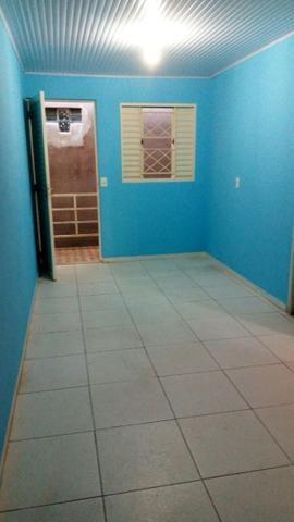 Aluga se apartamento com 02 quartos, sala, cozinha, banheiro, área de serviço.
