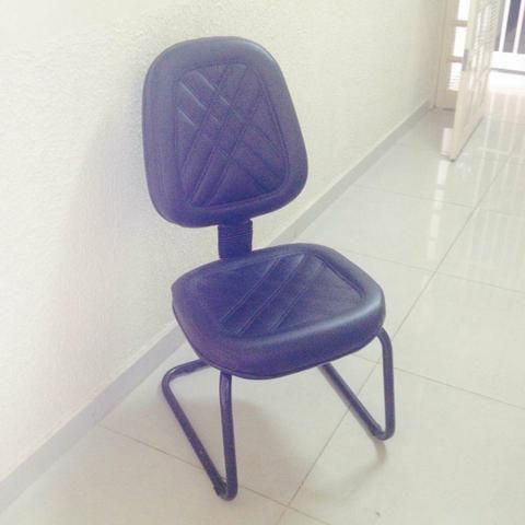 Vendo Cadeira Preta em courino - Foto 2