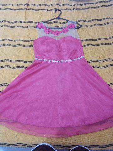 Vestido de gala rosa todo a tule com estras na cintura e renda com tule em cima