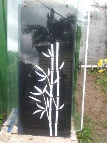 Porta em vidro temperado preto com desenho - Foto 2