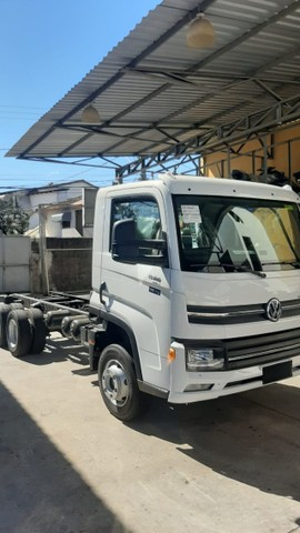 Caminhao chassis Volkswagen  Delivery 13.180 6x2. 2021/2022