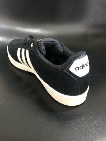 Tênis Adidas de camurça 40 - Foto 2