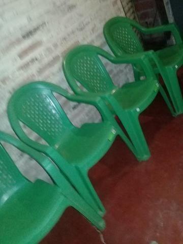 Vendo conjunto de cadeira de plástico seminovo - Foto 2