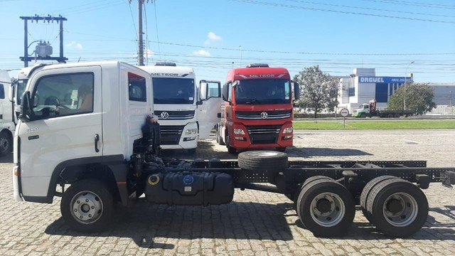 Caminhao chassis Volkswagen  Delivery 13.180 6x2. 2021/2022 - Foto 4