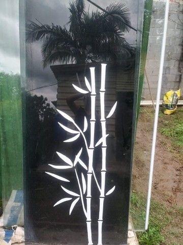 Porta em vidro temperado preto com desenho