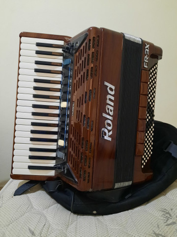 Vendo ou troco Acordeon Roland FR3X (Madeirado)