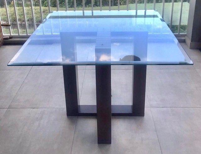 Mesa de vidro com detalhe bisotê