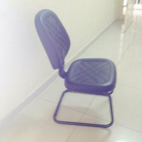 Vendo Cadeira Preta em courino