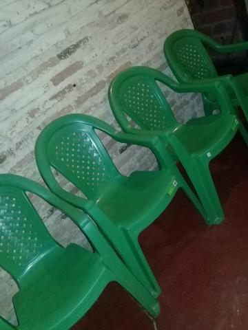 Vendo conjunto de cadeira de plástico seminovo