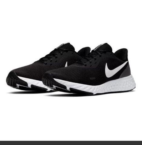 Tênis Nike Revolution 5 Masculino - Preto e Branco<br><br>