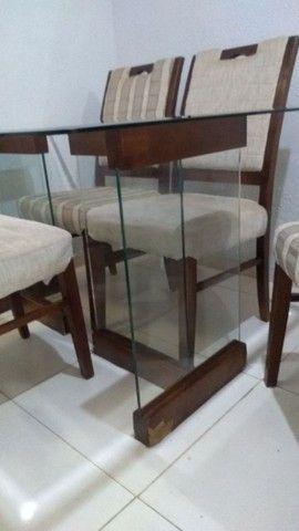 Mesa com 4 cadeiras bem conservada