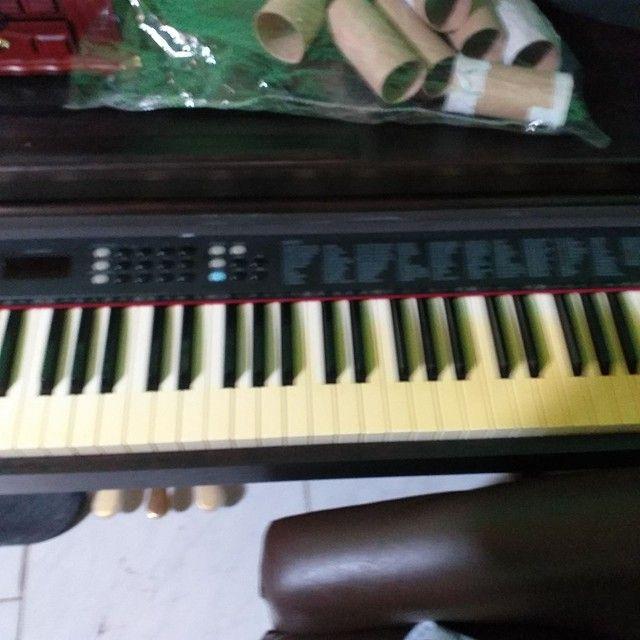 Piano eletrónico com acompanhamentos.