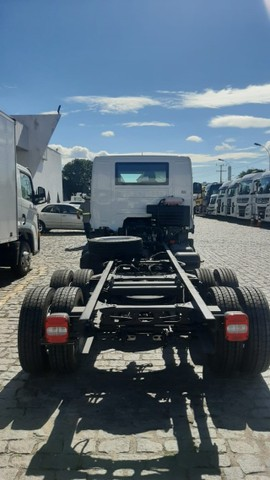 Caminhao chassis Volkswagen  Delivery 13.180 6x2. 2021/2022 - Foto 6