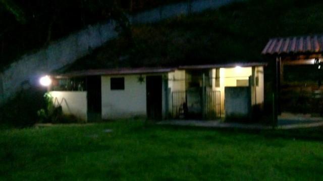 Vende-se Granja no Guarajamirim com 2400m² com 2 quartos, açudes, área gourmet.