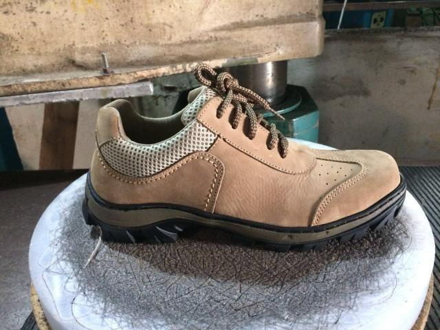 2b43908833 Sapato feito de couro legítimo costurado e colado - Roupas e ...