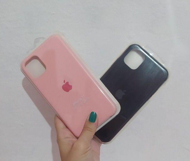 Case iPhone vários modelos aveludada com logo Apple - Foto 2