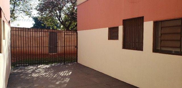 Com 03 quartos em frente ao Hospital Rosa Pedrossian - Foto 14