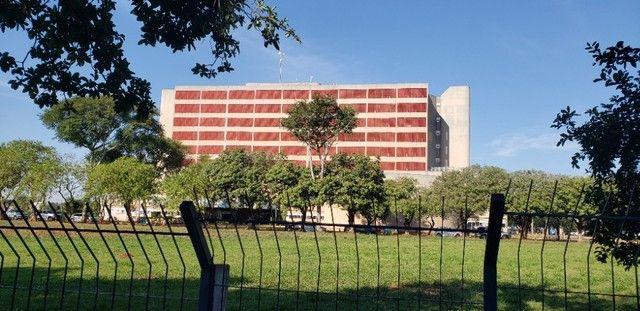 Com 03 quartos em frente ao Hospital Rosa Pedrossian - Foto 16