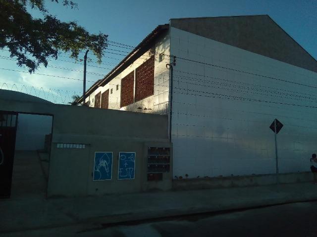 Casa em Condomínio Fechado, 2 suítes, varanda, garagem, ventilada, ótima localização.