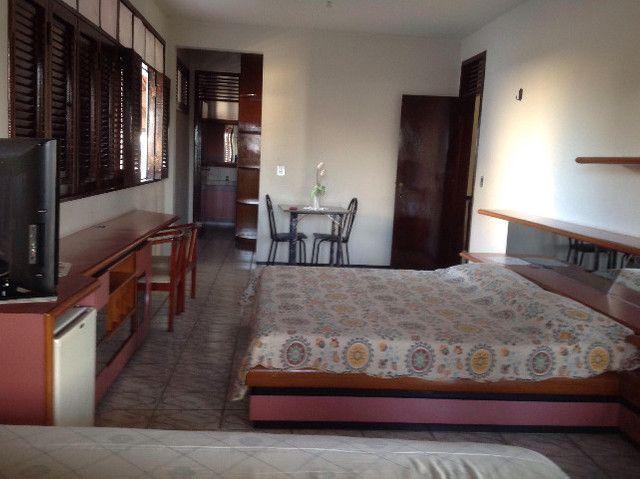 Alugo suíte mobiliada em residência familiar - Foto 2
