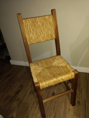 Conjunto rústico de mesa de jantar de madeira e 4 cadeiras de madeira e palha