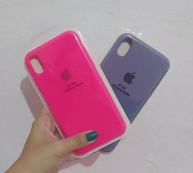 Case iPhone vários modelos aveludada com logo Apple - Foto 3