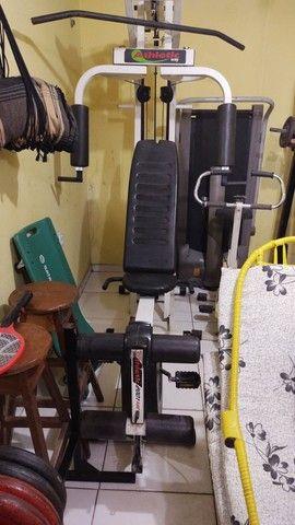 Estação de musculação com bicicleta embutida
