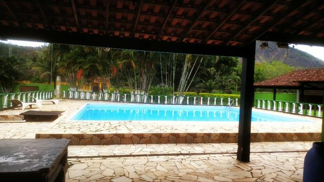 Sitio com piscina e playground