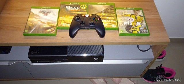 Xbox One com jogos e controle .