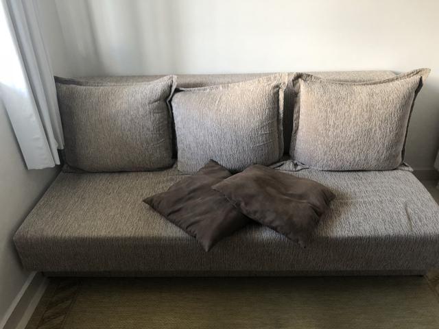 Sofá-Cama com almofadas