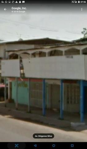 Alugo Salão Comercial com frente de vidro contendo patio e grade