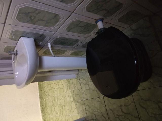 Um quarto com um banheiro - Foto 3