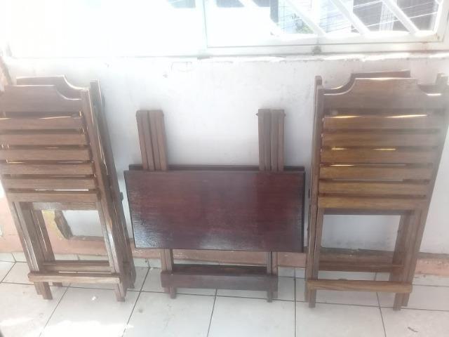 Mesa e cadeiras de madeira dobráveis