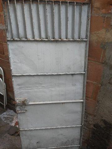 Portão de ferro todo fechado - Foto 5
