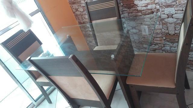 Mesa de vidro retangular com 4 cadeiras
