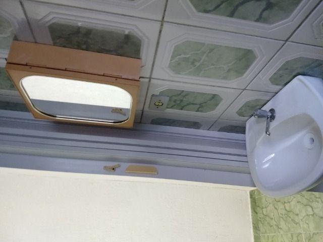 Um quarto com um banheiro - Foto 8