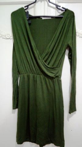 Vestido de malha verde militar de manga comprida, detalhe drapeado na frente