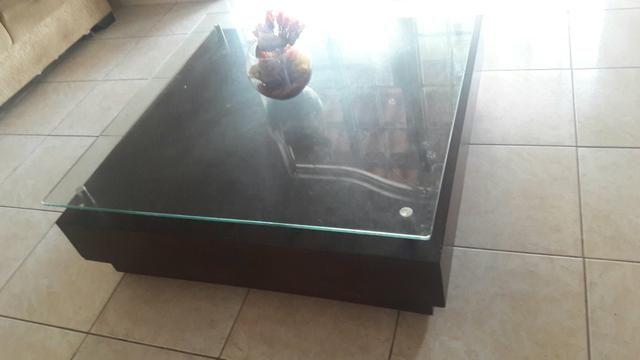 Mesa de centro cor tabaco tampa de vidro rodas embutidas 1.20mt por 400 reais