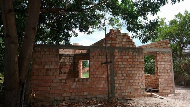 Vende-se terreno com casa em construção.