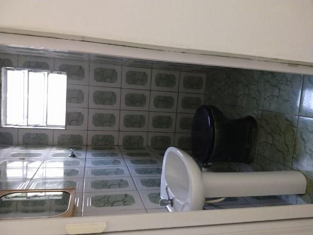 Um quarto com um banheiro - Foto 9