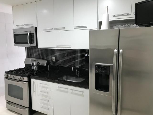 Murano Imobiliária aluga apartamento de 3 quartos mobiliado na Praia da Costa, Vila Velha